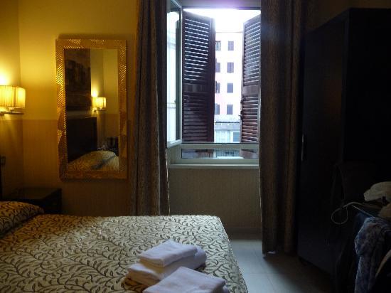โรงแรมเยส: view of bed/window