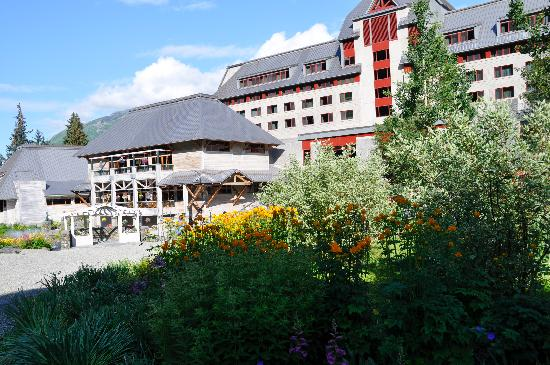 Hotel Alyeska: Front of the Hotel-Gorgeous Grounds
