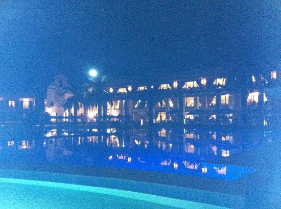 Roda Beach Resort & Spa: pool view at night