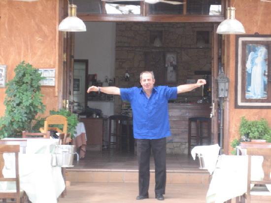 Thea Restaurant: Manolis - simply the best