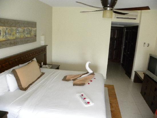 BlueBay Grand Esmeralda: Holiday Inn?