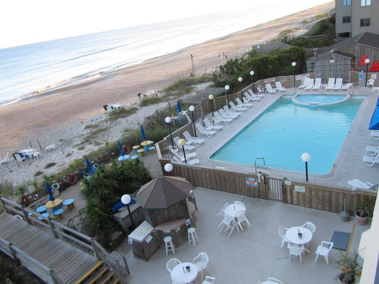 The Inn at Pine Knoll Shores: The pool area from our balcony.  The tables are nice and the area is clean!
