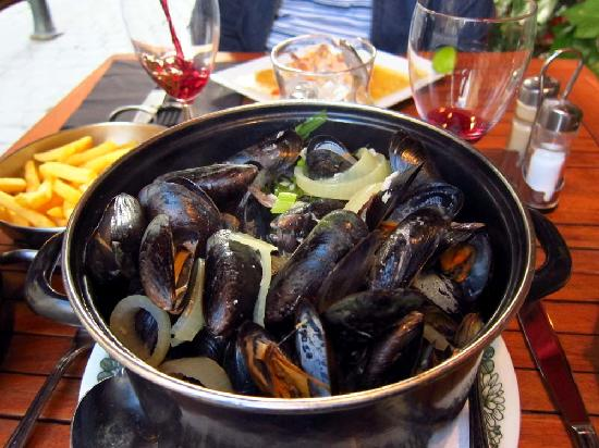 Raphael Restaurant: traditional moules frites