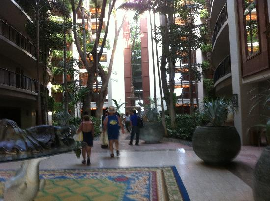 Hilton Waikoloa Village: walking into one of the hotel towers