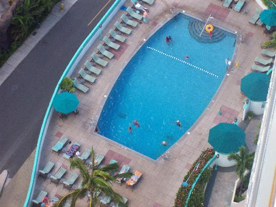 Ilikai Hotel & Luxury Suites: pool view from our balcony