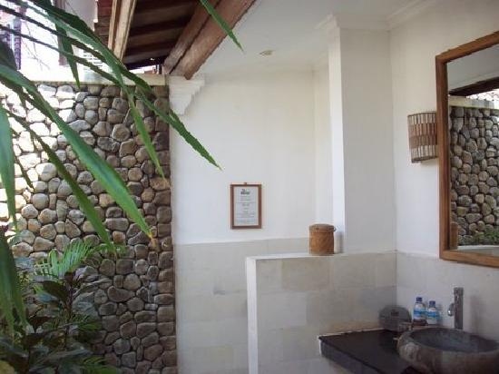 The Beach House Resort: Oepn air Bathroom