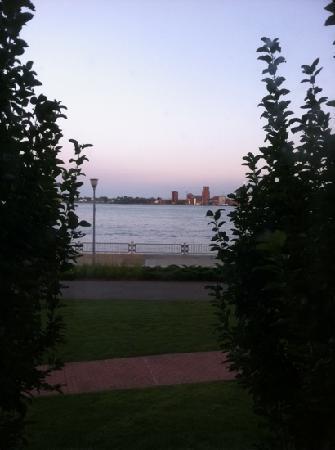 Roberts Riverwalk Hotel Detroit: great river view