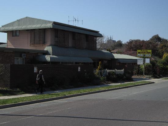 Parkway Motel: From Rowe Street