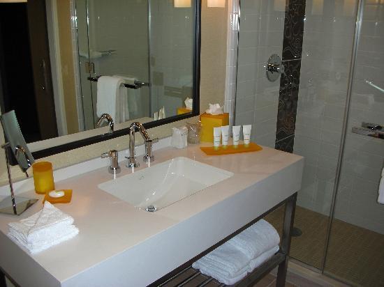 โรงแรมเจดับบลิวแมร์ริออตต์ ลอสแอนเจลิส แอท แอลเอไลฟ์: Bathroom