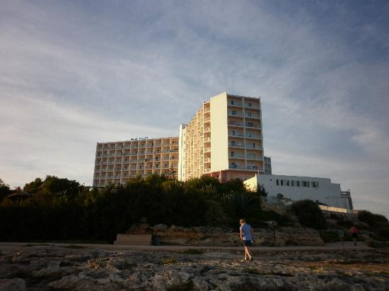Globales America: Hotel from rocks along the cliff walk