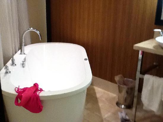 Riviera Palm Springs Resort: tub