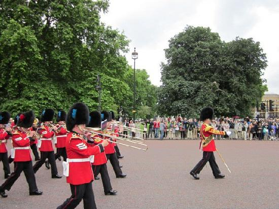 London Walks: New guard, marching to change with guars going off duty
