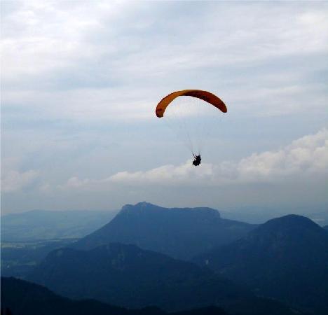 เอ็นเอช ซัลสบวร์ก-ซิตี้: Paragliders off the mountains at St Gilgen