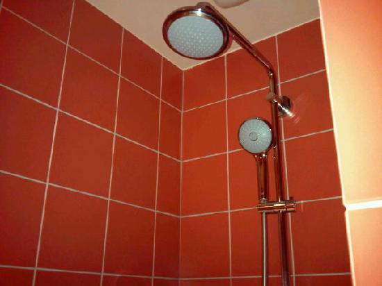 Hotel Palais de Chaillot: La douche - proprete et qualite des materiaux
