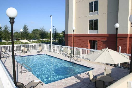 Hampton Inn Leesburg - Tavares: Take a relaxing dip in our large outdoor pool - Hampton Inn Leesburg