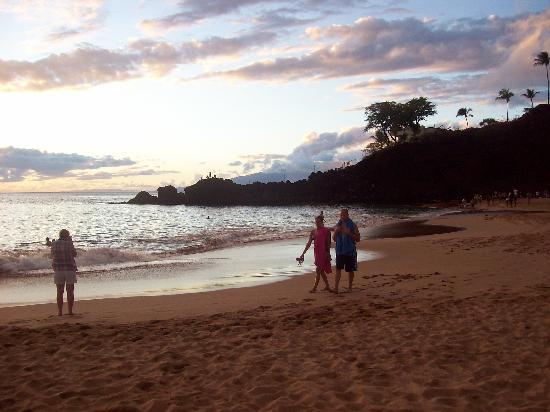 Ka'anapali Beach Hotel: beach at sunset