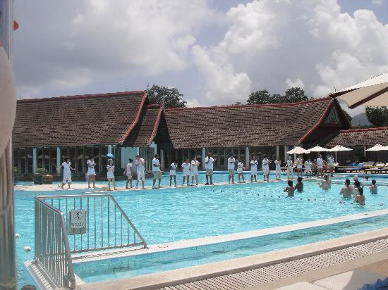 โรงแรมคลับเม็ด ภูเก็ต: Pool area and GO's singing for the guests