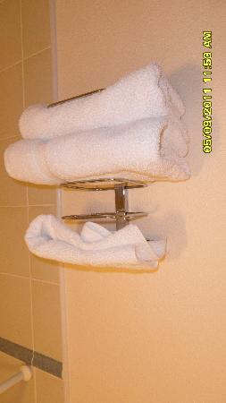 Campanile Lille Nord - Roubaix : 3 thin hand towels available for 3 adults