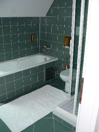 โฮเต็ล แอนทิค: Room 16 bathroom
