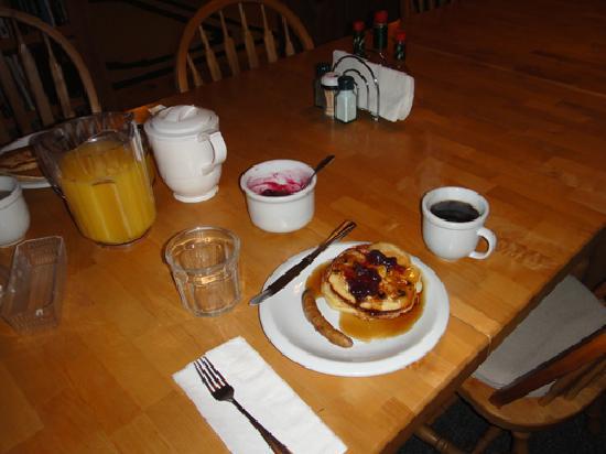 Alaska's Bearclaw Lodge: Breakfast is served.