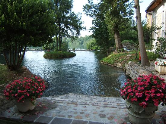 Volta Mantovana, İtalya: la piccola difcesa al fiume