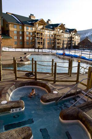 Hope Lake Lodge & Conference Center: Looking at the Lodge from the Hot Tub