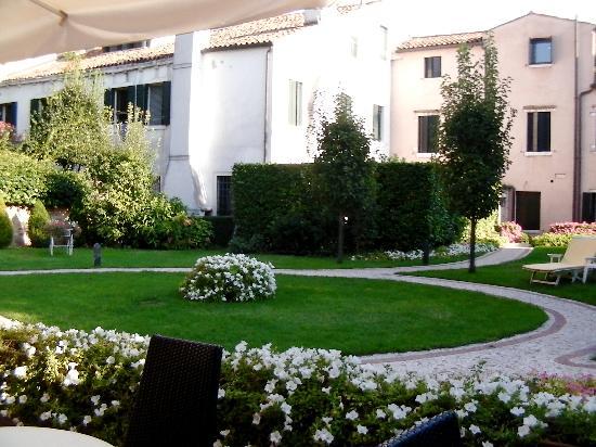 HOTEL OLIMPIA Venice: hotel garden