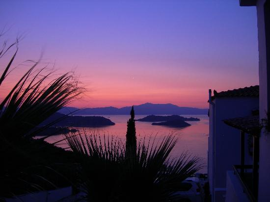 Skiathos Club Hotel Suites: sunset on the islands (from our room)