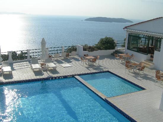Skiathos Club Hotel Suites: the swimming pool on the seaview