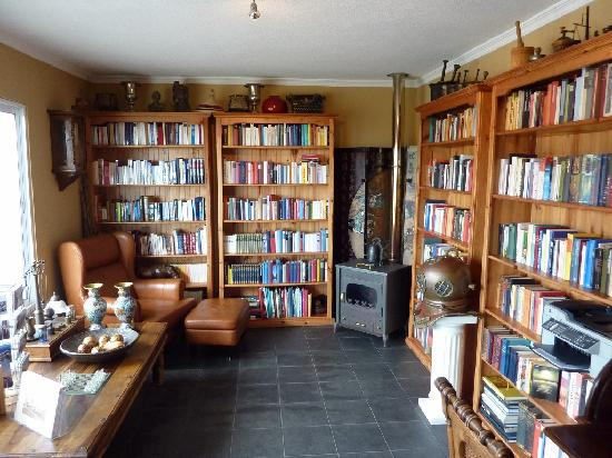 Summerplace Guesthouse: Library