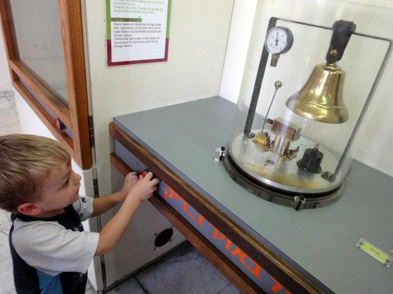 พิพิธภัณฑ์วิทยาศาสตร์ เทคโนโลยีและอวกาศแห่งชาติ: bell in vacum