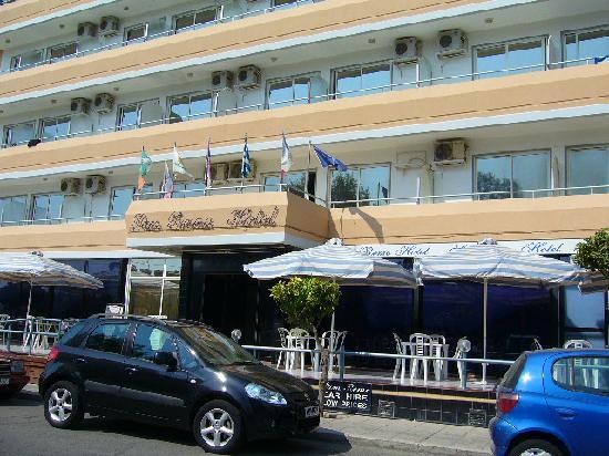 โรงแรมแซนเรโม่: Front of Hotel