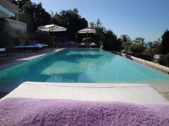 Hôtel Tiara Yaktsa Côte d'Azur: La piscine vue depuis la chaise longue...