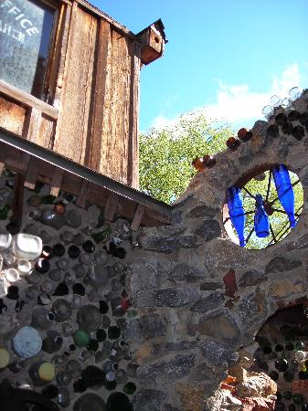 Tinkertown Museum: Walls made of glass bottles!