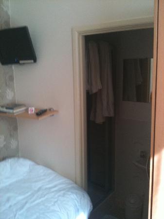 The Chocolate Box Hotel: Single room looking towards bathroom