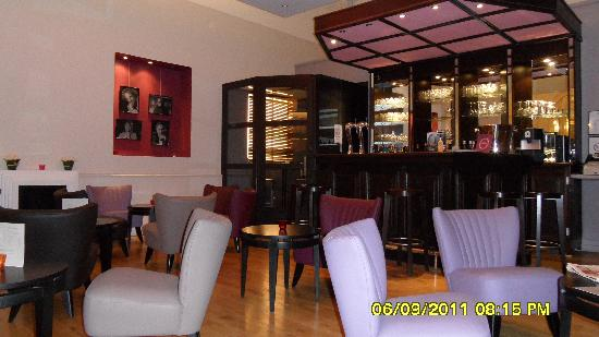 Mercure Lille Roubaix Grand Hotel : Bar area and seating