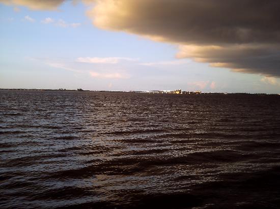 เกาะซานิเบล, ฟลอริด้า: clouds on the water (bay side)
