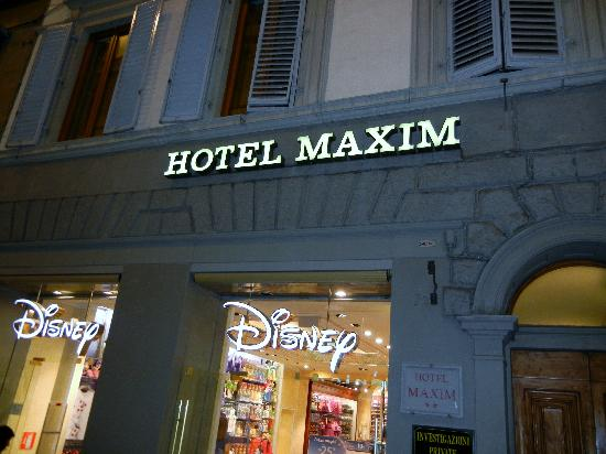 Hotel Maxim: Front of hotel