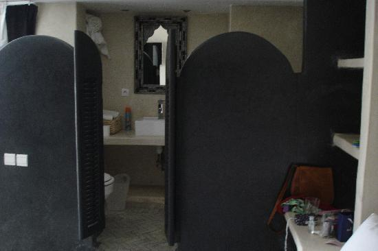 Riad Moullaoud: open plan bathroom
