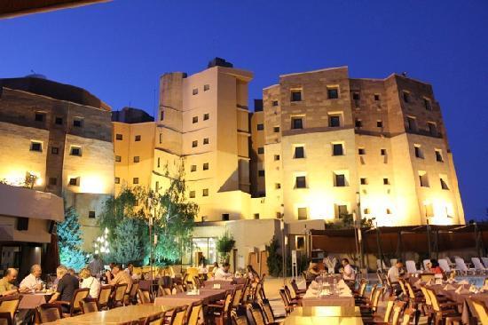 Kapadokya Lodge Hotel: Hotel at night from the outdoor restaurant