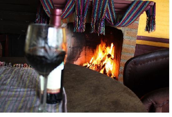 Mazamitla, Mexico: Descansa con el calor de la chimenea y un buen vino