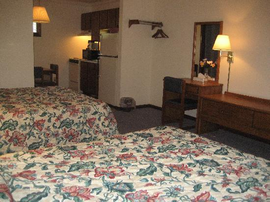 Crisfield Budget Inn: 2 queens with kitchen