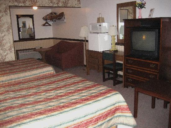 Crisfield Budget Inn: 2  queens standard room