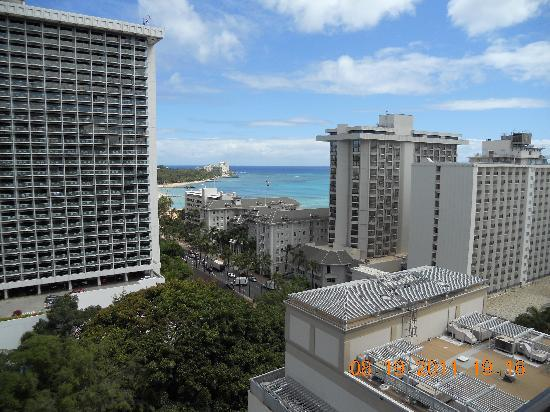 Waikiki Beachcomber by Outrigger: Corner room with partial ocean view