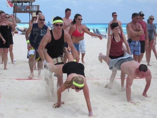 ออมนิแคนกันโฮเต็ล&วิลล่าส์: Beach Olympics - Wheel Barrow Race