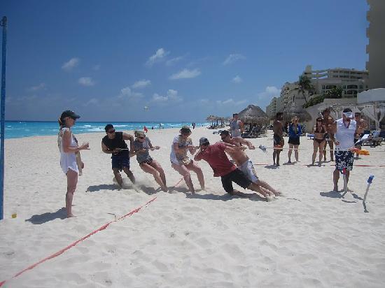 ออมนิแคนกันโฮเต็ล&วิลล่าส์: Beach Olympics - Tug A War