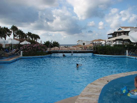 "Aldemar Royal Mare Thalasso Resort: Main pool B' near the bar ""Kalypso"""