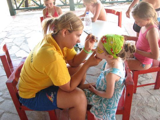 Aldemar Royal Mare Luxury & Thalasso Resort: Face-painting in the mini-club