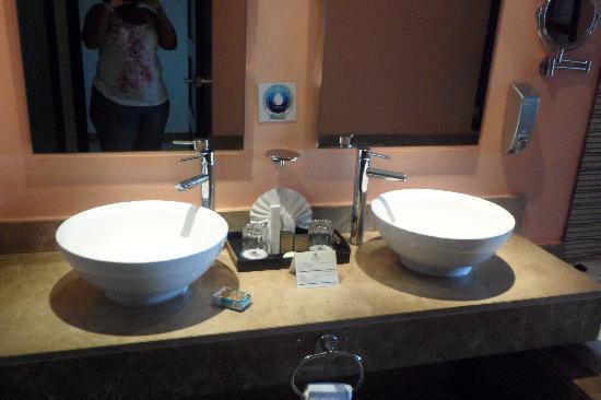 Sandos Playacar Beach Resort: sinks!!!