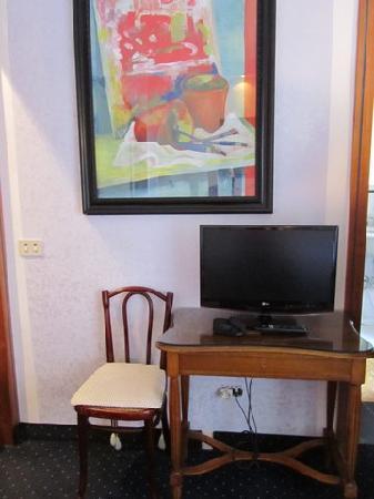 Hotel Emona Aquaeductus: Large desk!